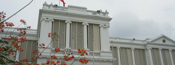 Devant le palais prsidentiel de Singapour dans l'Istana