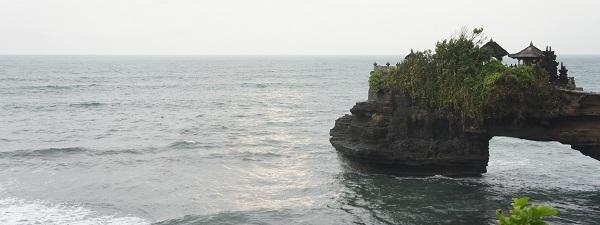 Les falaises à côté de Tanah Lot