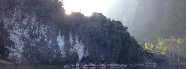 Le soleil se lève sur Vang Vieng...