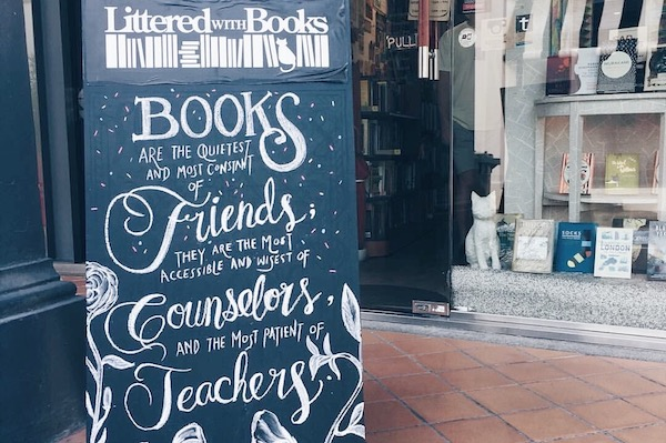 Librairie Littered with Books