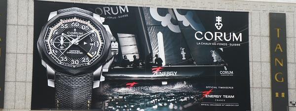 Publicité pour montres de luxe sur la façade de Tangs (Orchard Road, Singapour)